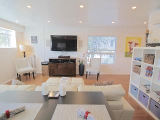 5 star 2 bed Modern w/Chef's Kitchen & Small Patio
