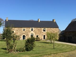 Les Clos - Luxury 16c Farmhouse with Pool, Bar & Gym near Dinan & Jugon Les Lacs