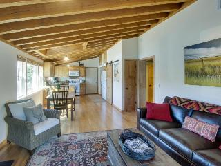 Elegantly remodeled condo next to shared pool! Enjoy shared hot tub & tennis too, Sun Valley
