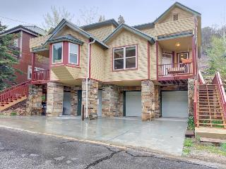 Colorful townhouse w/ hot tub, close to Main St. & slopes!