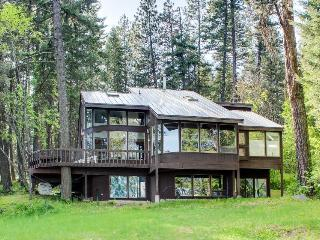 Lakeside family hideaway w/private dock. Recently updated!