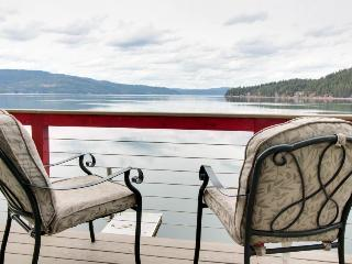Great lakefront home w/private beach & dock!, Coeur d'Alene