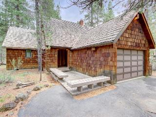 Cozy lodge w/ private hot tub, SHARC passes, entertainment & scenic yard!, Sunriver