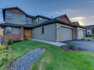 Upscale family home on golf course w/ shared pool & hot tub!, Redmond