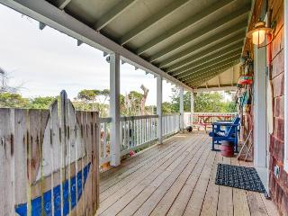 Enjoy a private hot tub & easy access to the beach! Dogs are welcome!
