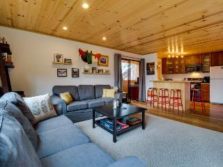Cozy condo w/shared sauna, pool, hot tub & tennis courts - close to ski resorts!, Truckee