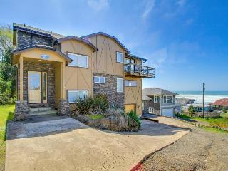Gorgeous oceanview home with fireplace  - pet-friendly!, Lincoln City