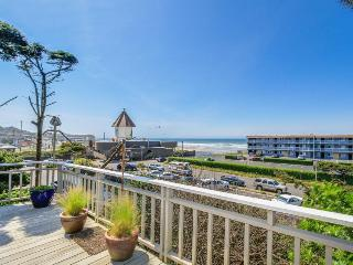 Great views of the ocean and river w/ easy beach access and hot tub - dogs OK!