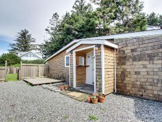 Cozy dog-friendly studio w/partial ocean views, enclosed yard!, Gold Beach