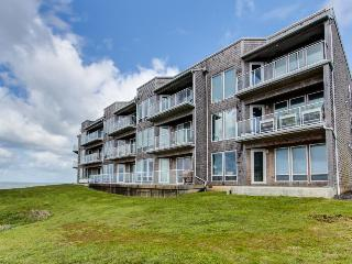 Luxury, waterfront condo w/ shared hot tub, pool, and spectacular ocean views, Depoe Bay