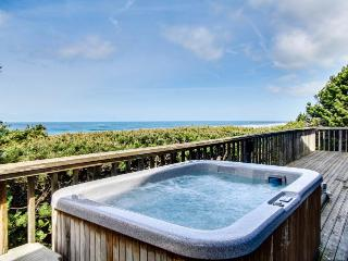 Stunning oceanfront home w/private hot tub and space for 10!, South Beach