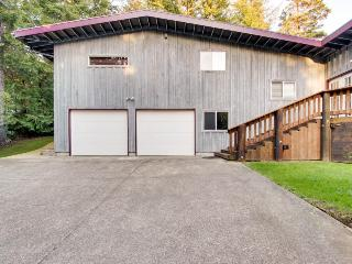 Quiet, dog-friendly home near Bandon Dunes, includes private hot tub!