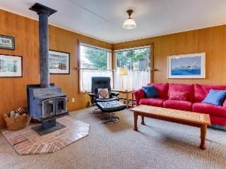 Charming, dog-friendly cottage close to beach & downtown!, Manzanita