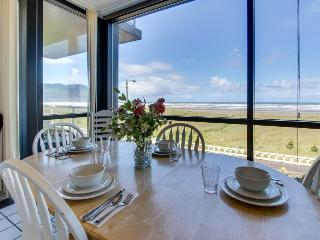 Cozy oceanfront condo with gorgeous views, Seaside