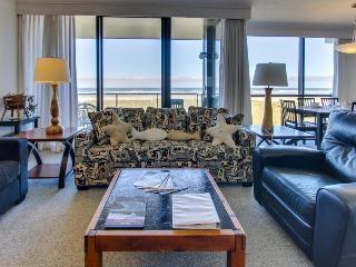Second-floor, oceanfront condo w/ community pool & sauna!, Seaside