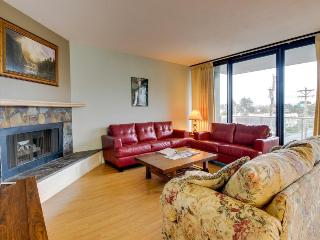 Lovely condo with partial ocean views and shared pool/sauna!, Seaside