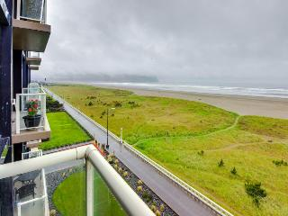 Oceanfront condo w/ 5th floor views, pool & sauna access!, Seaside