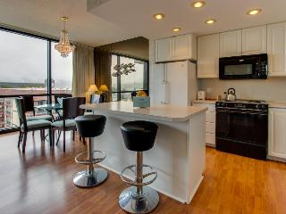 Oceanview condo with shared hot tub & modern decor, Seaside