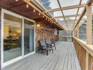 Upstairs, dog-friendly duplex w/balcony - just steps to beach, Cannon Beach
