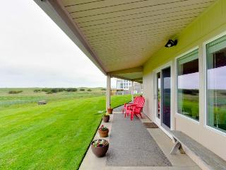 Oceanfront, dog-friendly getaway w/ cozy wood-burning fireplace, Gearhart
