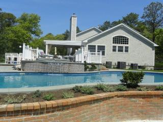 Large swimming pool/Walking distance to the bay