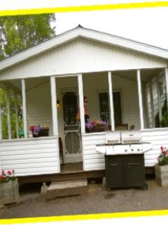 Cottage 8 - 2 bedrooms, 1 queen size beds, 1 with bunk beds and single, kitchenette/eating area,
