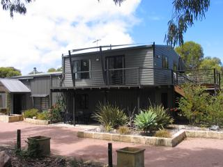 Lacabane Retreat, set on 5 acres of trees and lake, Esperance