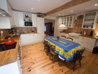 Renovated and fully equipped for every cooking adventure. Dishwasher, microwave