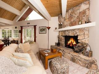 Meadow View Gorgeous Entertaining & Living Area at 3 BR w/ Hot Tub - Dogs OK!, Tahoe City