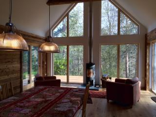 Hot tub lodge in Nethy Bridge, Cairngorm National Park, sleeps 10.  An Cala.