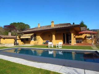 This lovely modern villa near Arezzo is recommended to groups and families of up