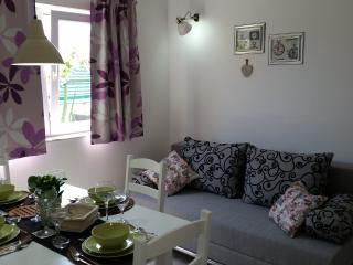 New & modern apartment with garden & BBQ, Kastel Luksic