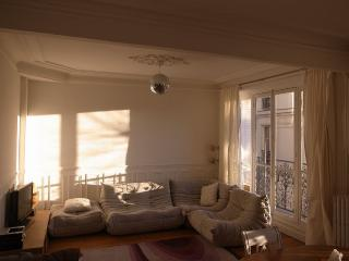 heart of Montmartre / Abbesses- quiet, sunny; garage
