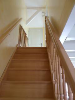 Escalier menant aux chambres avec barrière de sécuritée