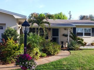 Pet Friendly, Minutes to Madeira Beach. Tropical P, Seminole