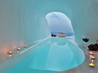 Lava Cave with outdoor Hot Tub and Panoramic View, Oia