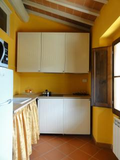 cucina (separata dal soggiorno) completa di forno multifunzione e lavatrice