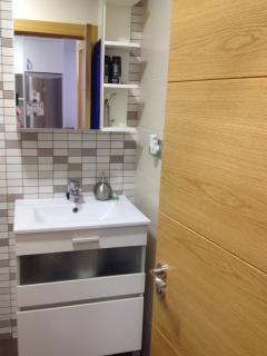 Lavabo, armario, secador de toallas...