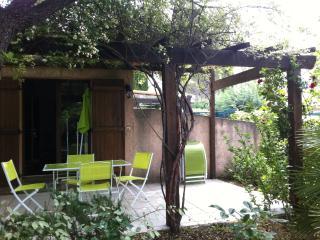 Maisonnette avec terrasse et jardin