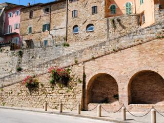 La casa rosa, costruita sulle mura di città di Camerino