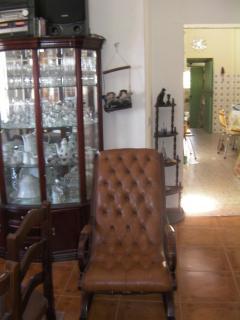 Vaisselier et chaise à bascule (entrée cuisine derrière)
