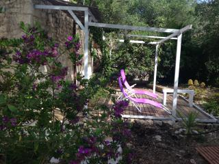 Little Tzitzicas sleeps 2-3 with garden in Loggos!