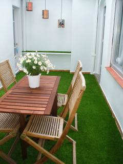Bonita mesa plegable con sillas de teca para gozar de comidas al aire libre