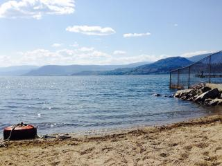 FAMILY FRIENDLY suite WALK TO BEACH, Kelowna