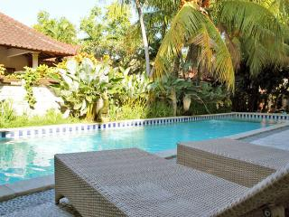 2 BR Villa KUTA, 3 Queen Bed,Shared Pool,Breakfast