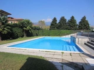 appartamento fronte lago con piscina