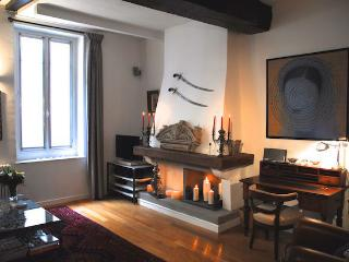 NEWLY RENOVATED very quiet charming 2bed/2bath, Paris
