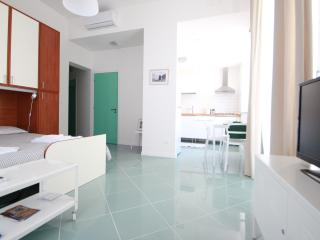 SUPERBRIGHT STUDIO CLOSE TO ORTIGIA! (Free Bikes and WiFi)