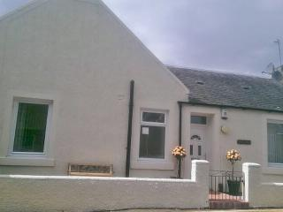 Ewing Bank coastal Cottage in Fife with Links Golf Course opposite