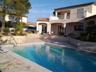 villa dominante avec grande piscine jardin paysagé